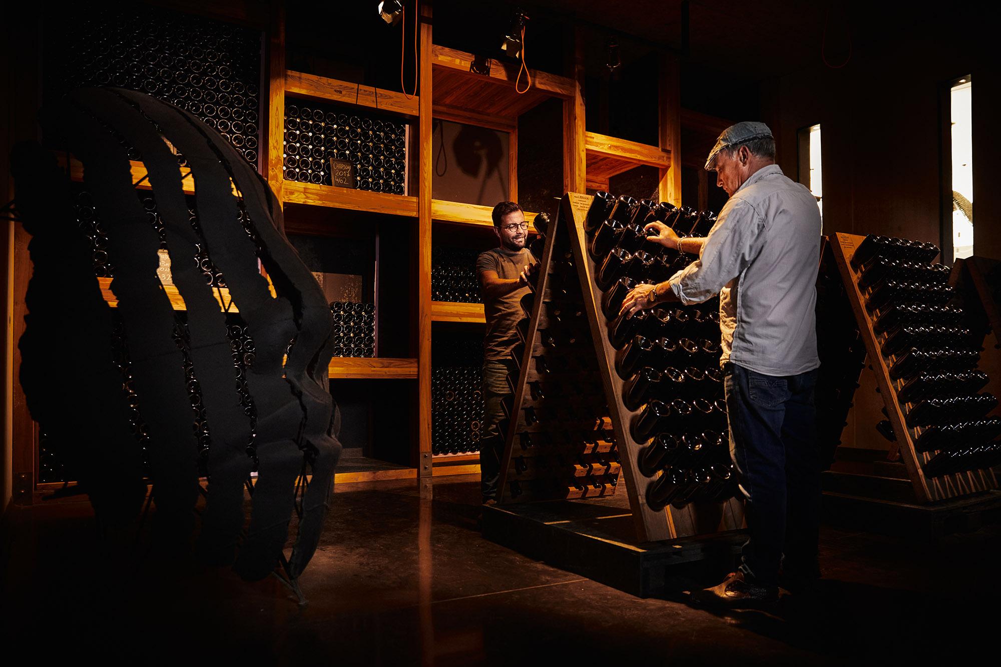 Mitja in Tim v vinski kleti
