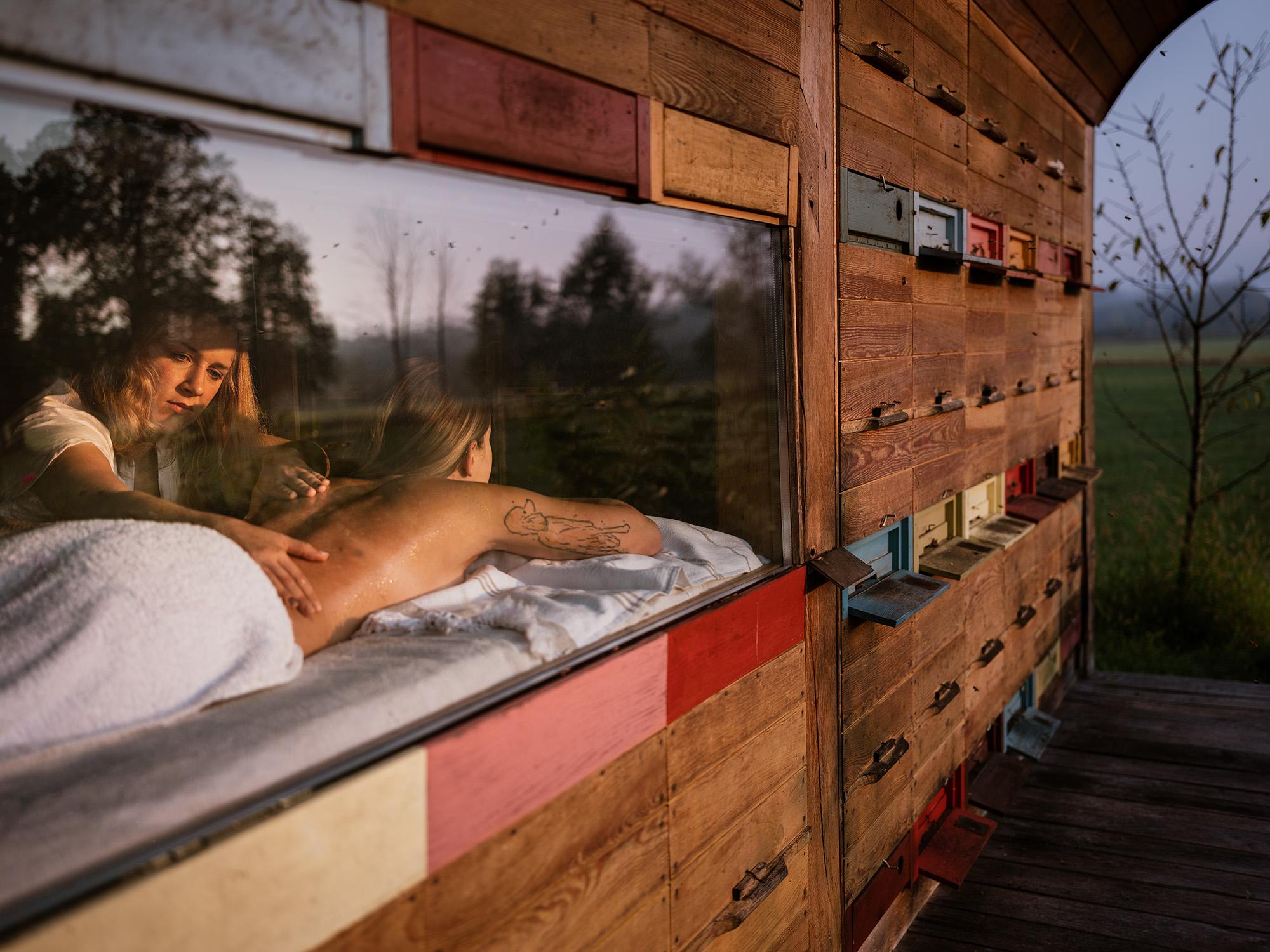 medena masaža v čebelnjaku