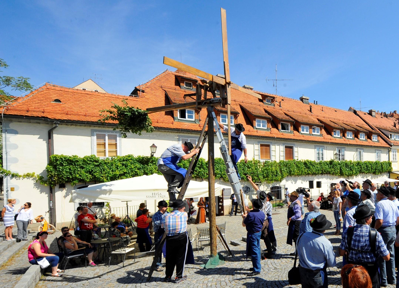 Postavljanje klopotca pred Hišo Stare trte